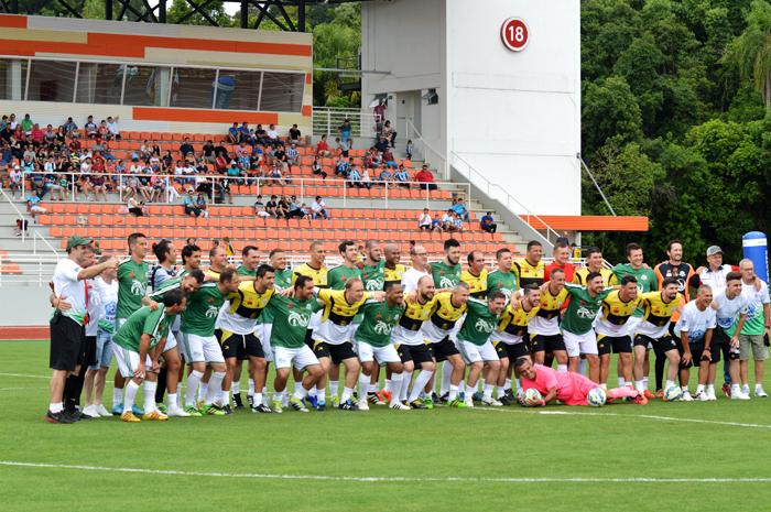 Atletas que participaram do Craques Solidários posaram para posteridade antes da partida
