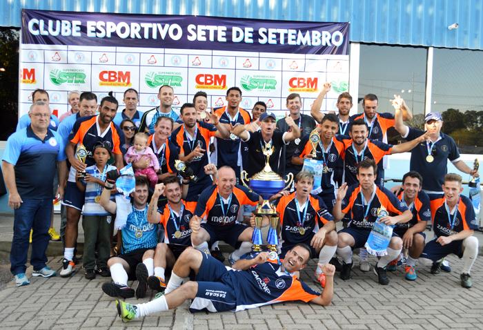 Equipe do Galera/Móveis Zagonel posou com o troféu e medalhas de campeão da Série Ouro, na Primeira Divisão