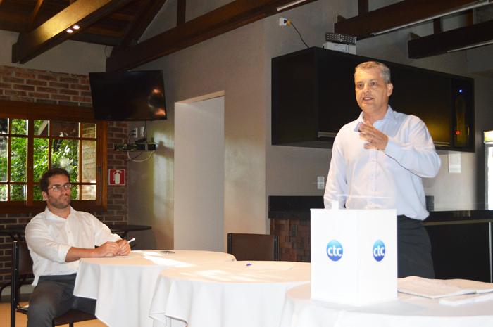 """Luis Fernando Siqueira, o """"Zizo"""" (em pé) e André Bücker conduziram a reunião com 35 representantes das equipes que vão disputar o interno de minifutebol do Clube Tiro e Caça – Copa CTC/Diamond 2017"""