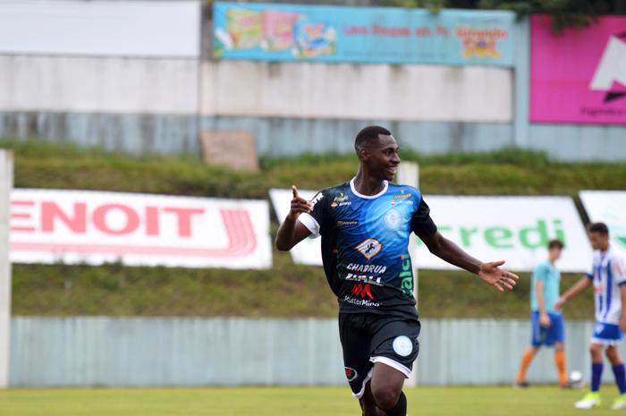 Josué marcou dois gols na vitória contra o Cruzeiro-PoA e foi o destaque do jogo