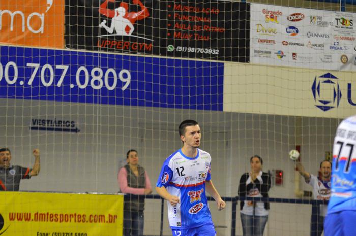 Matheus Ely está marcando em cobrança de penalidade máxima o terceiro gol da Alaf diante da ATCEL
