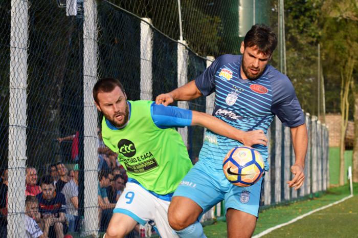 Adriano Schneider (e), do Coroas Mirim D/Imojel, anotou um dos gols de seu time, na goleada diante do Coroas Mirim/Charrua
