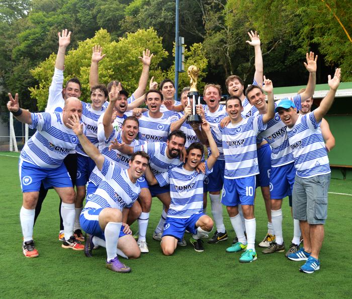 Equipe do Pumas com a taça de campeão geral da Quarta Divisão do interno de minifutebol do Clube Tiro e Caça – Copa CTC/Espaço3 Arquitetura 2016