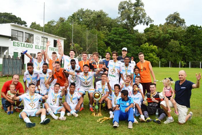 Equipe sub 16 do Clube Esportivo Lajeadense comemora a conquista da taça de campeão do Campeonato Regional Serrano de Escolinhas. Foto: José Roberto Gasparotto