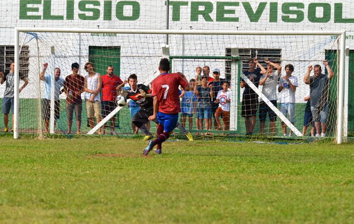 Lucão está defendendo a cobrança do jogador Amazonas do Caxias. Foto: José Roberto Gasparotto.