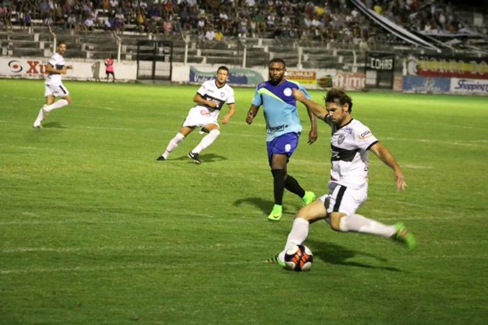 Marquinhos (c) deu o passe para o gol do Lajeadense diante do Santa Cruz. Foto: Bruno Pedry/Gazeta