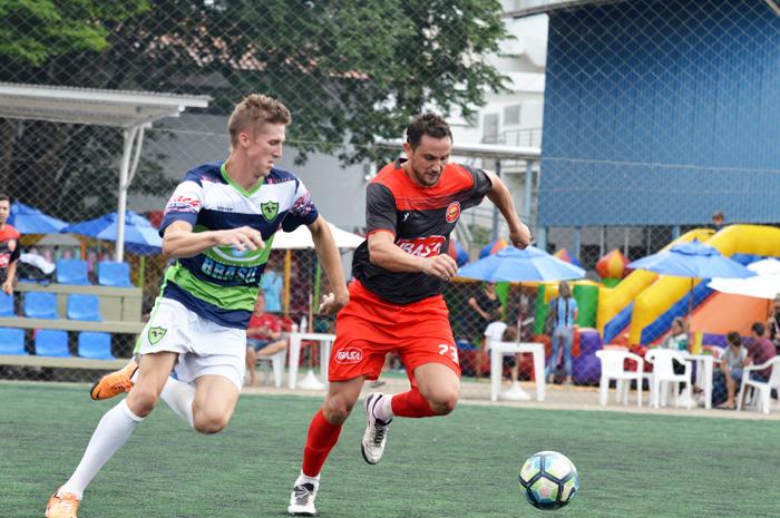 Maikel Kalkmann (e), do Renegados FC/Ótica Brasil, marcou os três gols de seu time na vitória contra o Cervejetarianos FC/Ibasa