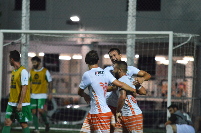 Tiago Weber e Polenta comemoram com o jogador Deja (c), o segundo gol do Amnésia diante do Rebordose