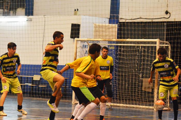 Equipe do PFC Supermix, do jogador Leandro Cesar (d), venceu o time do Bate Bola.