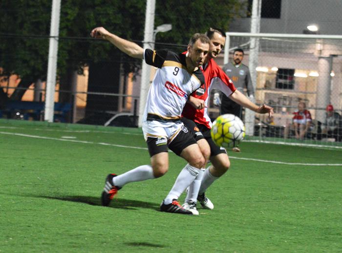 Serginho Favaretto (e), do Executivos, anotou um dos gols de seu time, na vitória diante do Expressinho.