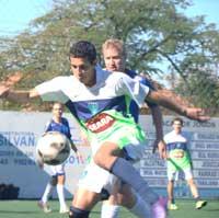 Pedrinho Farias, do Renegados Night, sofrendo a pressão do zagueiro Fernando, do FuteBar Avaí, em outro duelo na partida vencida pelo FuteBar.