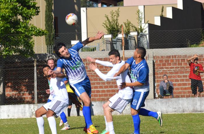 Vinicius Masiero, do União Campestre (c)foi um gigante na defesa de seu time, no duelo contra o Navegantes de Encantado, pela categoria de titulares.