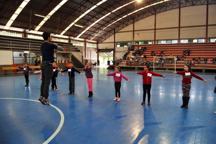 Atleta esteve realizando teste com as crianças durante a manhã e tarde desta terça-feira. Foto: Jardel Feldens.